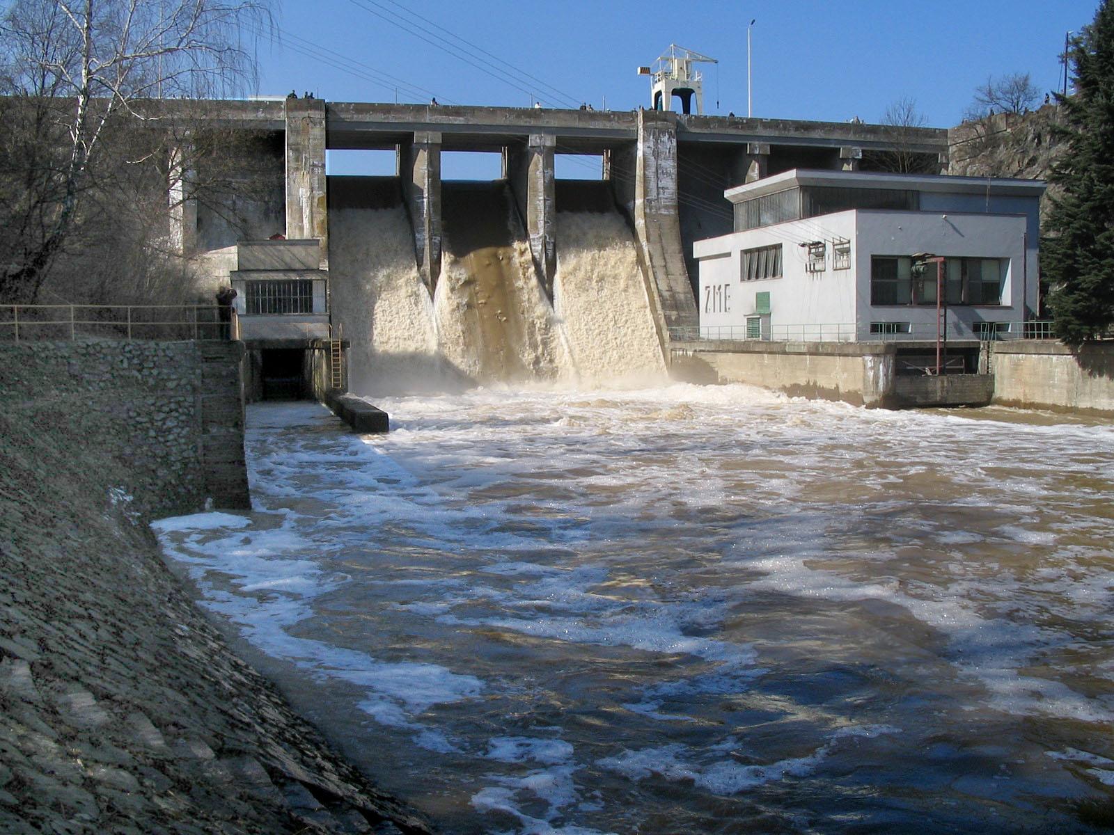 Přehrada Brno při převádění povodně vroce 2002